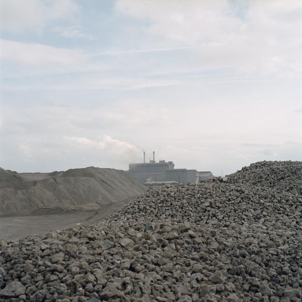Vue du crassier métallurgique de l'usine Arcellor-Mittal à Fos-sur-Mer.